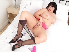 Chunky milf Devon Breeze dildos her cock hungry fanny
