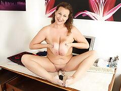 UK milf Eva Jayne strips off and fucks herself with a dildo