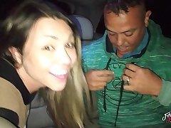 Fernandinha Fernandez, chamando desconhecidos na praça para foder dentro do carro